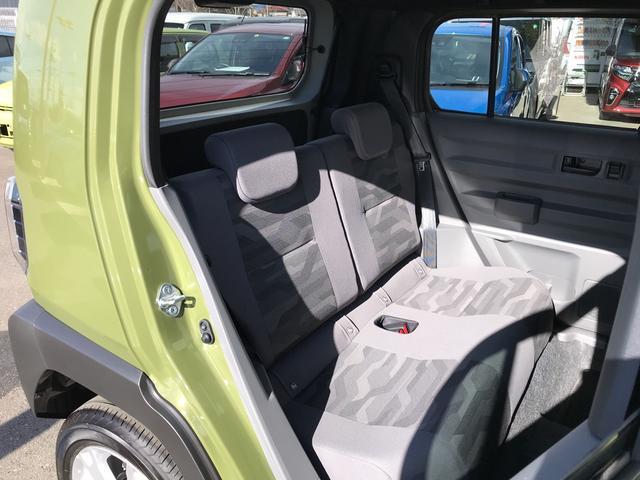 カモフラージュ柄のシートがポイント!気分も高まるデザインでドライブをお楽しみいただけます