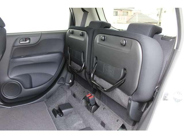 後席の座面をはねあげれば、背の高い荷物もOK。ラゲッジルームも同時に使え、積み分けにも便利。左右片側だけのアレンジもできます。