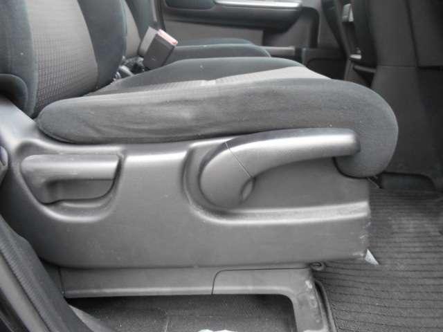 運転席はハイトアジャスター付きですのでシートの高さも調節できますよ