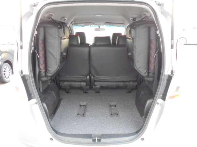 リア席を跳ね上げすれば広々とした空間の出来上がり!荷物がたくさん載せられます!