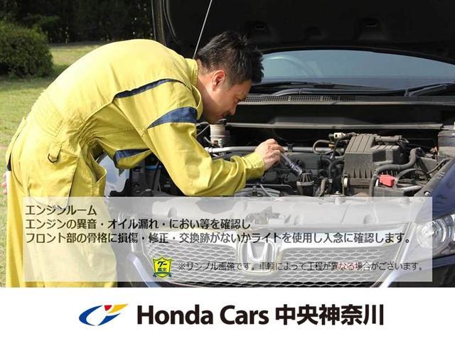 エンジンルームから修復歴の確認を行い、異音やオイル漏れのチェックを行います。