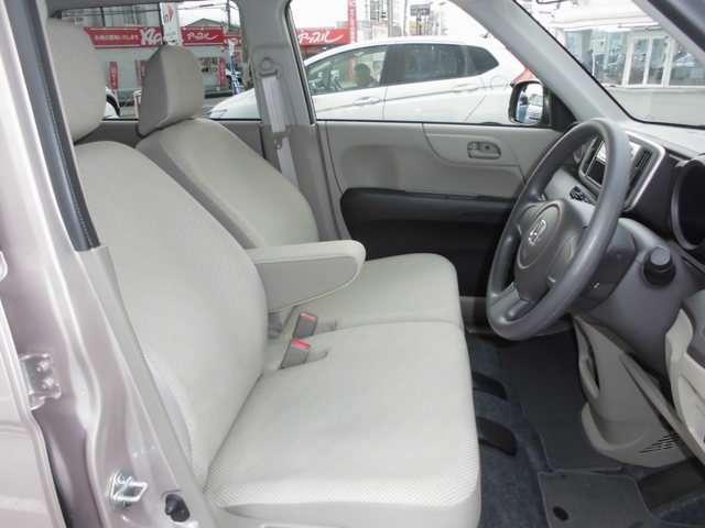 ゆったりとした運転席で、肘掛も装備しています