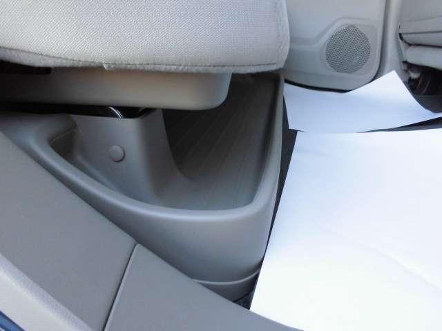 後席を倒せばさらに広い荷室スペースの確保が可能です