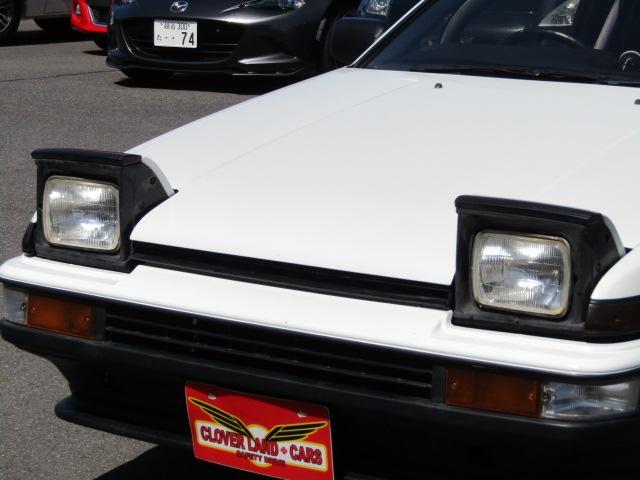 リトラクタブルヘッドライトは、「格納式前照灯」ともいわれる車体の内部に格納できる前照灯です。ファンの間では「リトラクタブル」「リトラ」の愛称で呼ばれています。