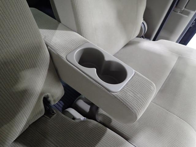 リヤにもカップホルダーがあると便利ですね!