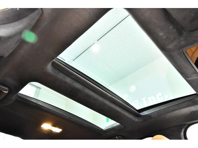 本革巻きステアリング、革シート、運転席パワーシート、特殊形状ルーフ、アルミホイール20インチ標準、UVカットガラス、プライバシーガラス、ナビゲーション、ナビゲーションメディア、AM/FMラジオ