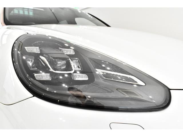 フルタイム4WDによる走行安定性はまさにオンザレール!「キャララホワイト」に「レッドレザー」の王道組み合わせ!オプション装備充実の1オーナー車輛となっております!