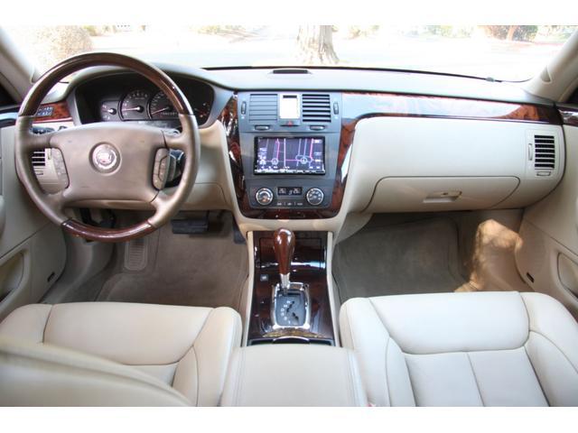 キャデラックDTS  ディーラー車のご案内です。パールホワイトの外装にベージュレザーインテリア