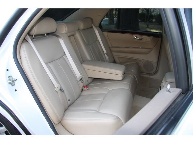 後部座席は使用感も少なく汚れやシミ等もなく綺麗に保たれています。