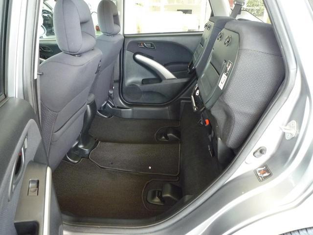 後席の座面を持ち上げれば大きな荷物や背の高いものも積み込めます