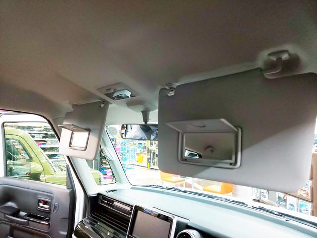 サンバイザーには女性に嬉しい鏡が左右共に装備。メイクが気になる時に、ここにあると助かりますよね!