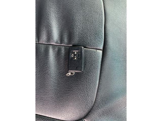 スマートキーを持っているだけでドアの開閉、エンジン始動できます。