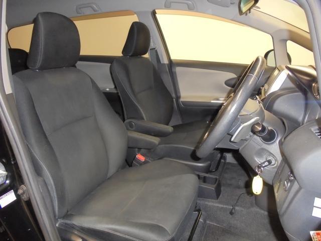 前席はアームレスト付きでフィット感のある快適シートです♪サイドエアバッグ・カーテンエアバッグも付いているので安心です!