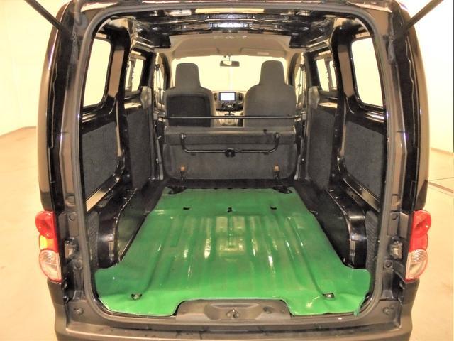 座席を跳ね上げれば荷室スペースがこんなに広く確保されています!!仕事で使用する大きな機材や荷物も楽に積み込める十分なスペースです♪