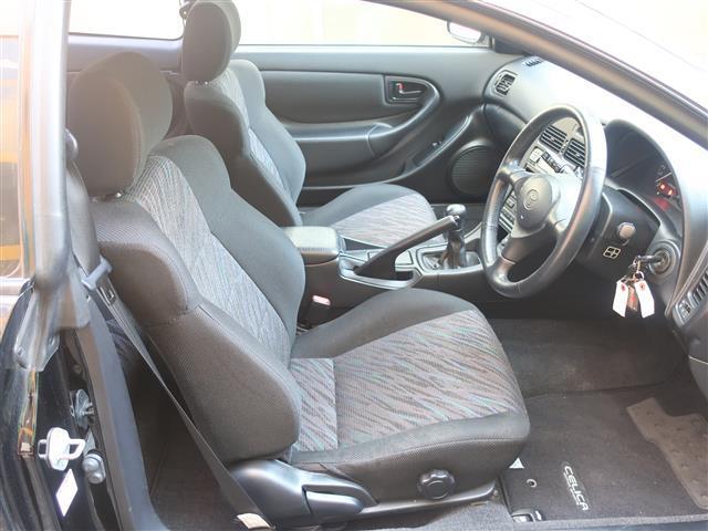 ホールド感のあるシートでスポーティーなドライビングでも体をしっかりと支えてくれます