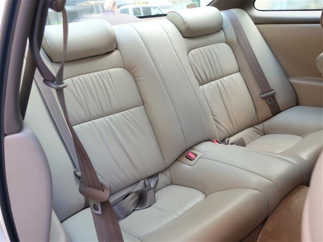 リアシートもホールド感があり体をしっかり支えてくれるので、長時間のドライブでも疲れにくいです