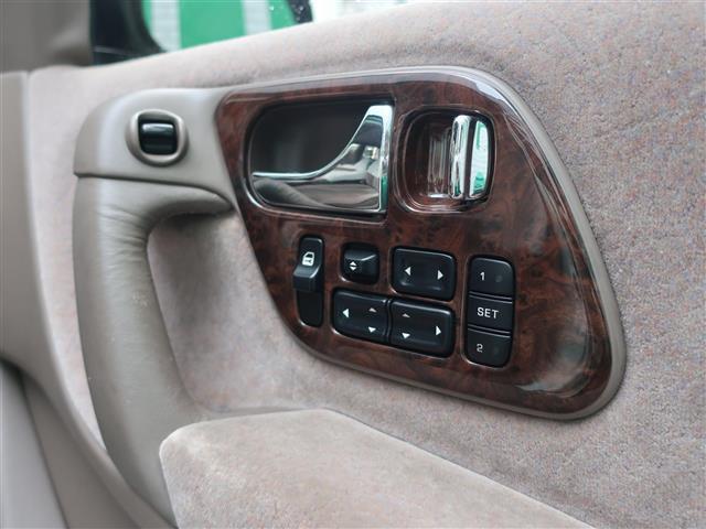 パワーシートも付いているのでお好みのシートポジションに微調整が可能です