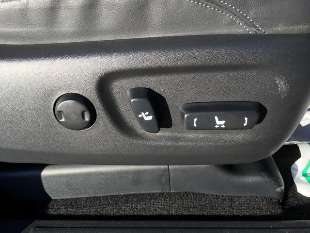 【パワーシート】電動でシート位置が調整できる機構。 主に運転席や助手席に装備され、スイッチを操作することで電気モーターが前後スライドや座面の高さ、背もたれの傾きを調整してくれる。