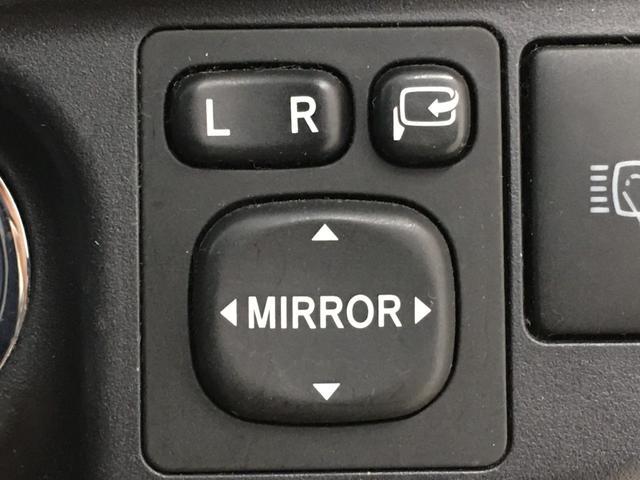 【電動格納式ドアミラー】運転席にあるスイッチでミラーを折りたたむことができて便利です。