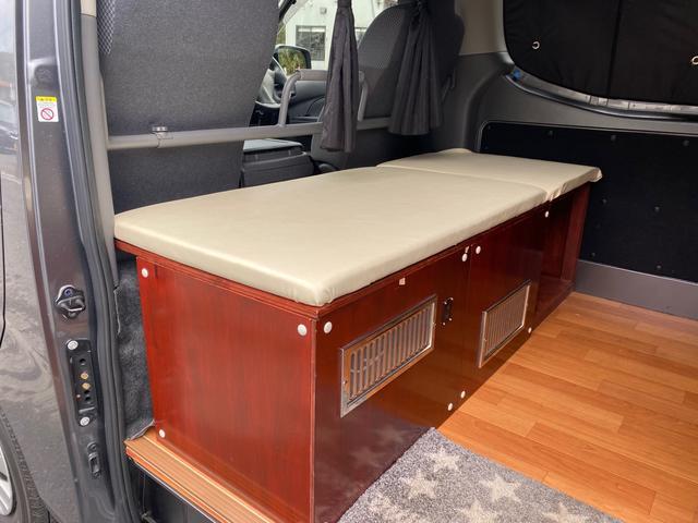 スーパーロングDX キャンピングカー仕様 冷蔵庫あります。 2段ベッド付き シンクも付いており水の利用OKです。外部電源もありバッテリー上がりの心配なしですよ♪パナソニックのナビ 全周囲カメラ オートライト ETC(19枚目)