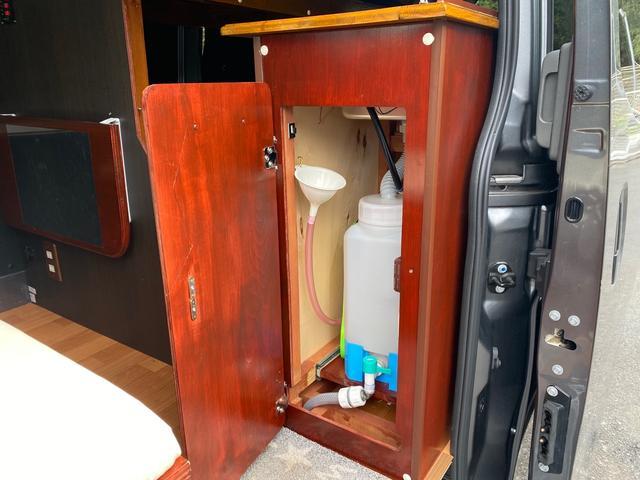 スーパーロングDX キャンピングカー仕様 冷蔵庫あります。 2段ベッド付き シンクも付いており水の利用OKです。外部電源もありバッテリー上がりの心配なしですよ♪パナソニックのナビ 全周囲カメラ オートライト ETC(21枚目)