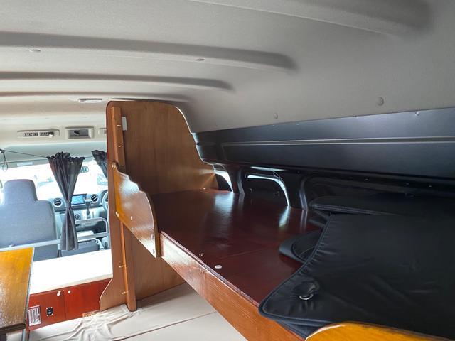 スーパーロングDX キャンピングカー仕様 冷蔵庫あります。 2段ベッド付き シンクも付いており水の利用OKです。外部電源もありバッテリー上がりの心配なしですよ♪パナソニックのナビ 全周囲カメラ オートライト ETC(35枚目)