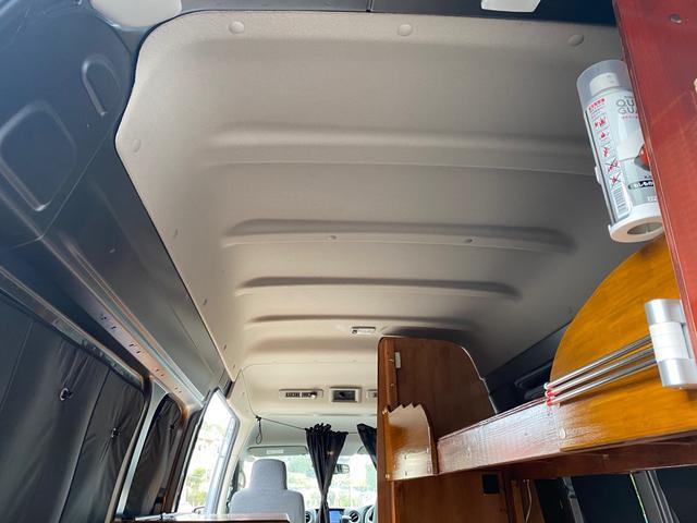 スーパーロングDX キャンピングカー仕様 冷蔵庫あります。 2段ベッド付き シンクも付いており水の利用OKです。外部電源もありバッテリー上がりの心配なしですよ♪パナソニックのナビ 全周囲カメラ オートライト ETC(36枚目)