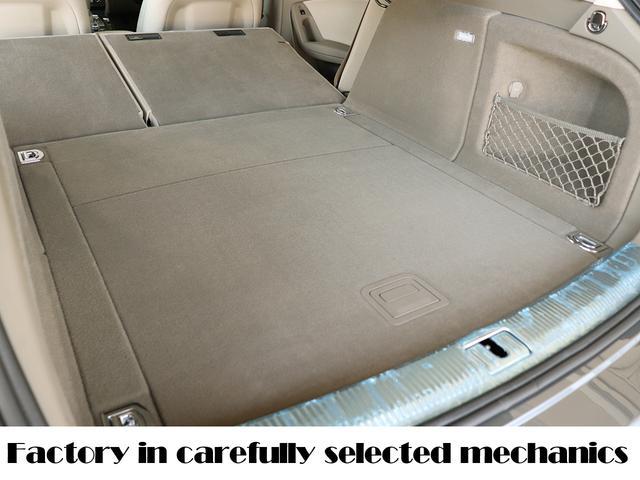 ラゲッジ開口部のアルミも新車時のビニールが付いています!物の出し入れの際にできる小傷もなく本当に綺麗です!