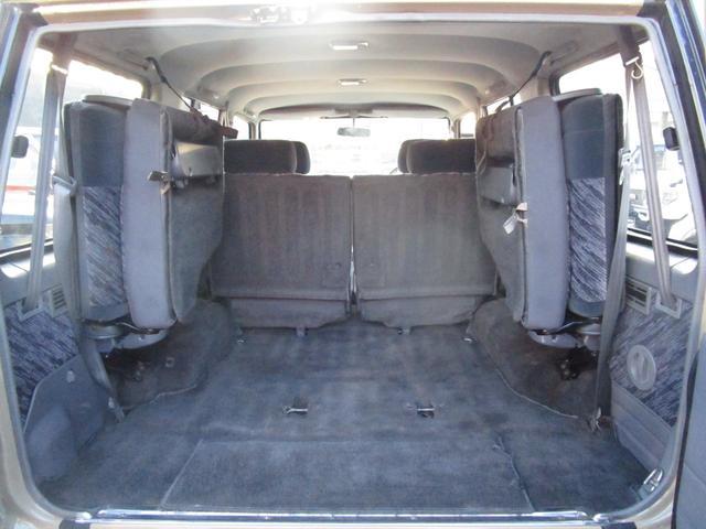 サードシートを跳ね上げると荷室スペースは広くなります☆