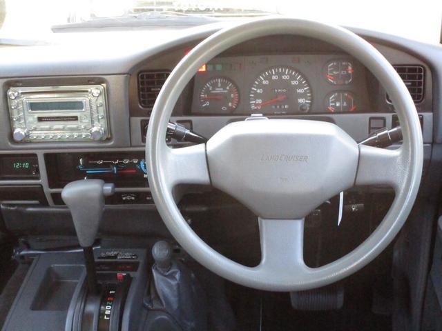 ハンドル周りもキレイです!カクカクしたボディラインなので運転もしやすいです!