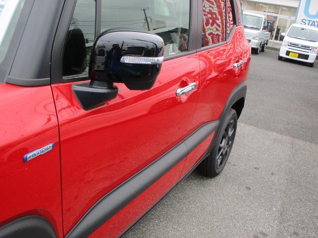 黒と赤のコントラストが美しくてかっこいいです。また車線逸脱警報装置が付いています。