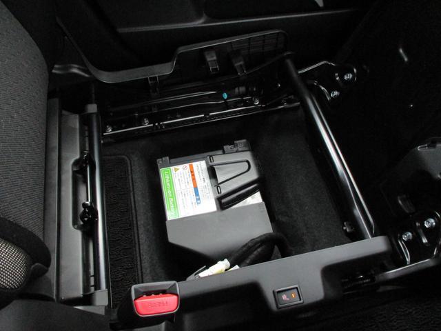 シートアンダーボックスの下にはリチウムイオンバッテリーがあります。ここにエネルギーを貯めておくことができます。無駄をなくして低燃費を!