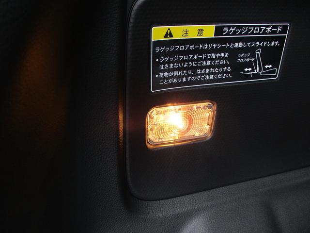 ラゲッジスペースの低い位置にも照明が付いています。大変便利です。乗車スペースだけの照明だと荷室で不便です。