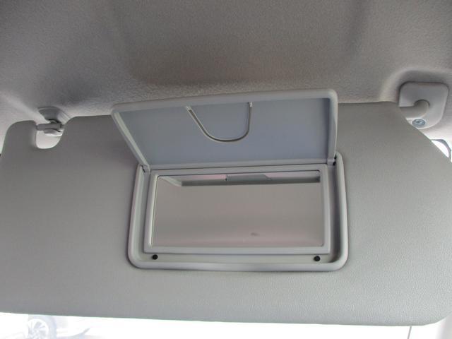 サンバイザーにはバニティーミラーが付いています。これも嬉しい装備です。エチケットのチェックに便利です。