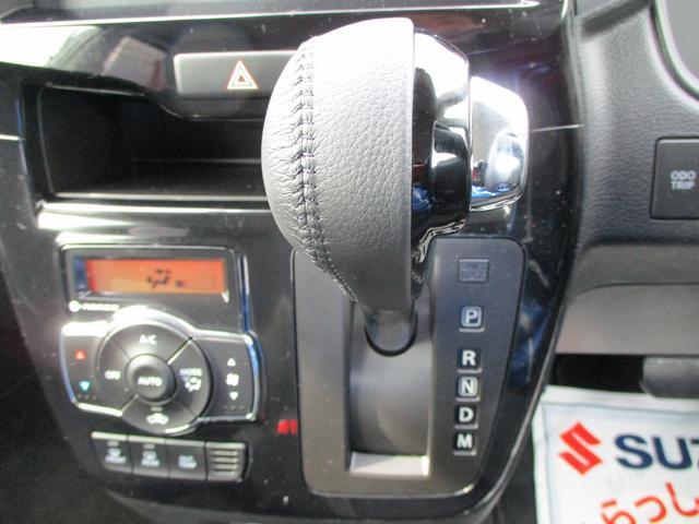インパネシフトで足元広々。ドライブも快適です。助手席側への移動も非常にらくらくです。