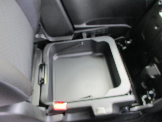 シートアンダーボックス。助手席の下には便利な収納スペースがあります!すごく大きくて、取り外しもできます。外から見えないのも安心の嬉しいスペースです。