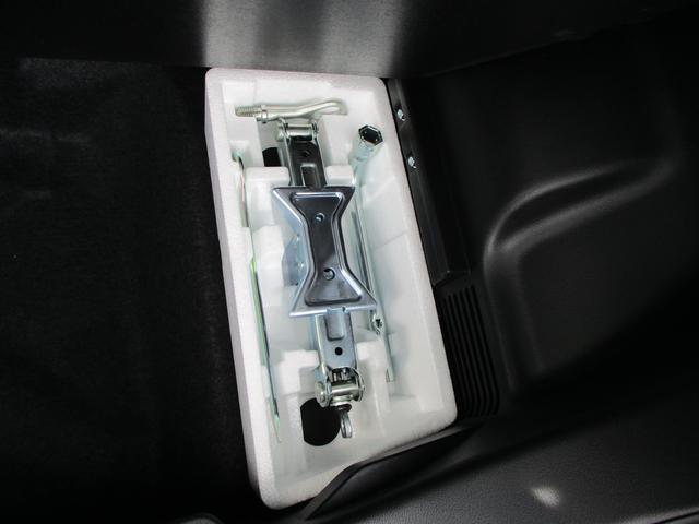 パンク修理キットです。予備のタイヤは積んでいませんので燃費も良くなりますし、広大な荷室を有効活用できます。いずれ、出番がないといいですね。