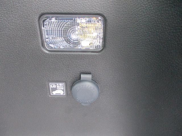 リアのラゲッジスペースにも照明があります。上だけじゃなく横にです。アクセサリーソケットもありますので車中泊にも便利です。