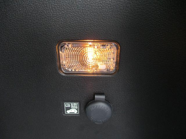 リアのラゲッジスペースにも照明があります。上だけじゃなく横にです。アクセサリーソケットもありますので車中泊にも