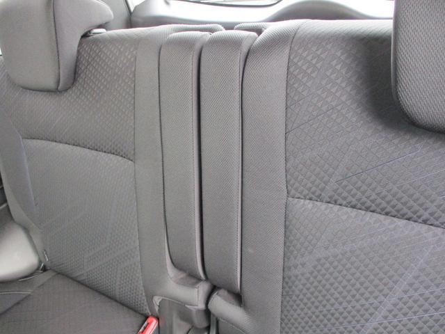 後席にもひじ掛け、アームレストが装備!可倒式なので不要の際は仕舞えます。モノスゴク便利です。