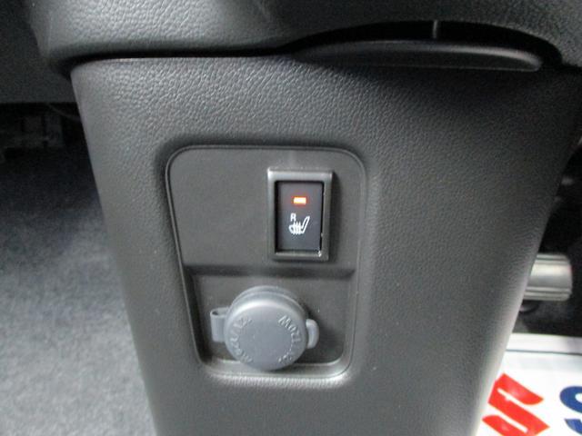 シートヒーターも嬉しい装備です。エアコンの温風はエンジンが温まらないと出てきませんが、シートヒーターはエンジン掛けて数秒で温まります。あっという間です。