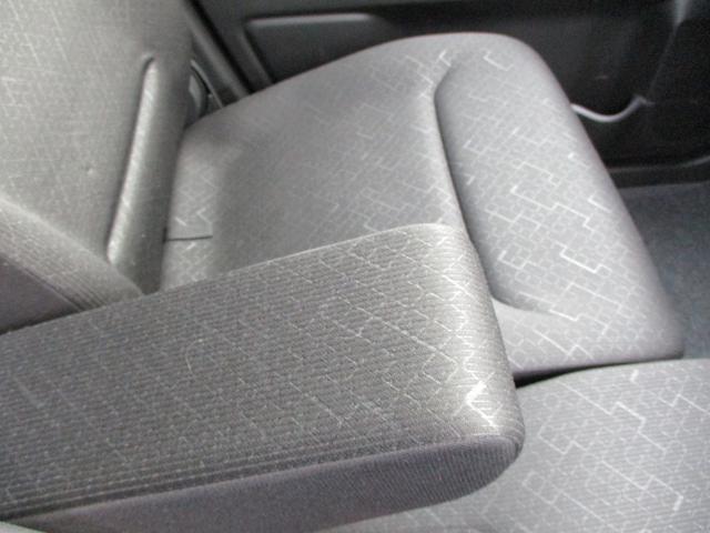 可倒式のアームレストです。長距離ドライブの快適性が格段に上がります。不要の時には仕舞えますのでストレスフリーです。