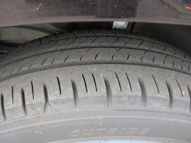 走行距離数僅かなので、タイヤの溝もバッチリです。雨の日も、高速道路もスイスイ快適安全ドライブ。