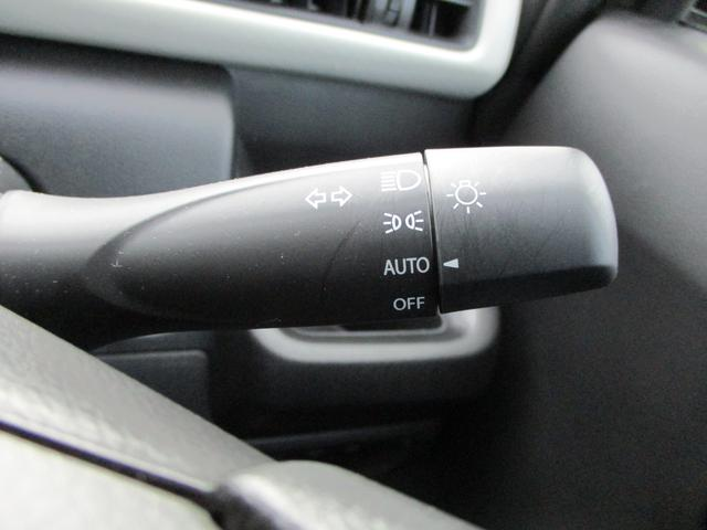 オートライトです。辺りが暗くなったら日照センサーがキャッチしてヘッドライトを自動で点けてくれます。エンジンを止めたらヘッドライトを消しますので消し忘れの心配も不要です。