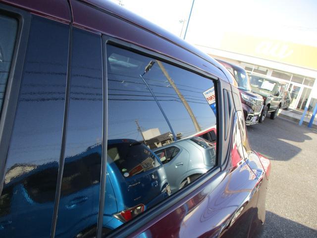 スモークガラスです。夏の暑い日差しにはコレ。エアコンの効きにも違いが出ます。荷物の目隠しにも。