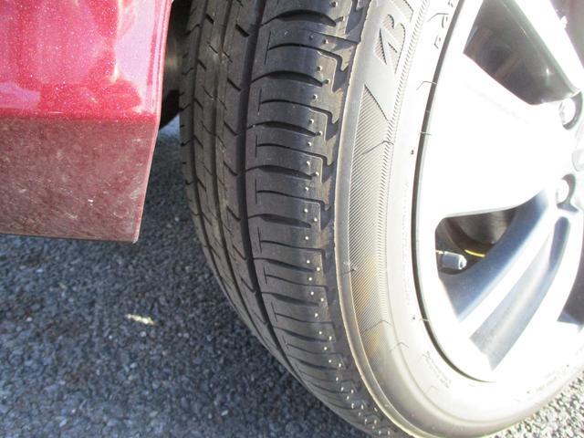 タイヤの溝もバッチリです。雨の日の高速道路も怖くありません。走行距離数も少ないので、かなり新鮮です。右リア