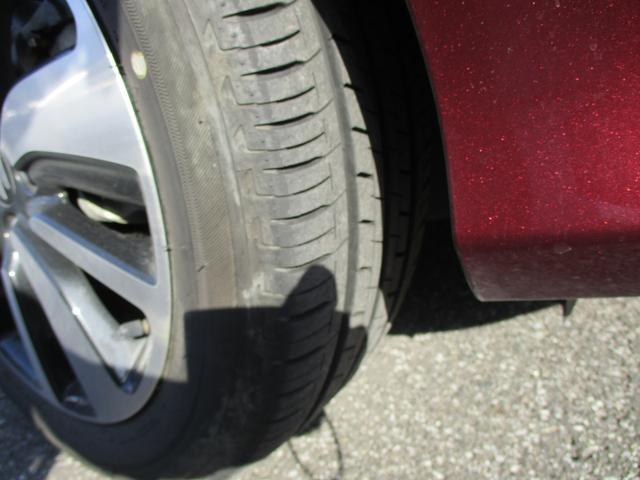 タイヤの溝もバッチリです。雨の日の高速道路も怖くありません。走行距離数も少ないので、かなり新鮮です。右フロント
