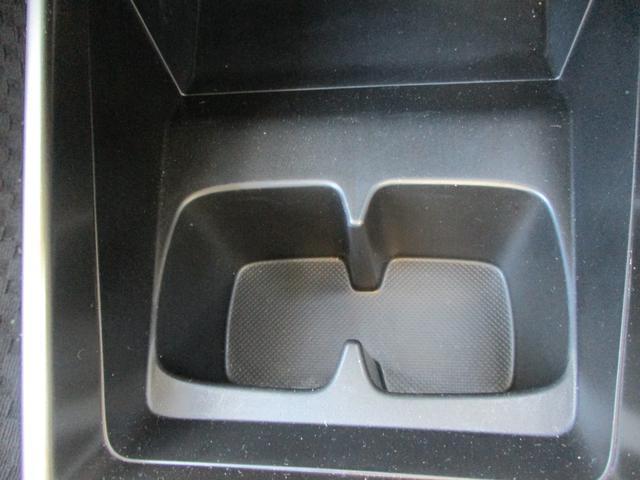使いやすい位置のドリンクホルダー。掃除もしやすくて便利です。さっと取れてパッと仕舞える。便利快適は、安心安全に繋がります。