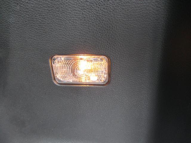 ラゲッジスペースの照明も装備しています。乗車スペースの照明だけでは足りないときに便利です。