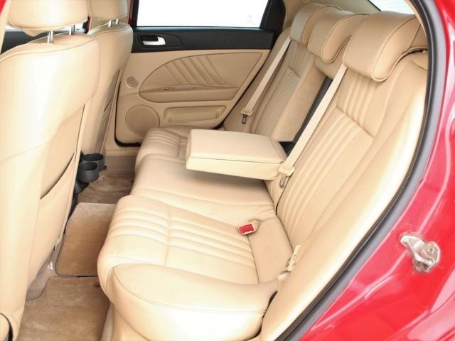 セカンドシートは3人掛けの乗車定員5人!センターはアームレストになります!